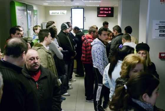 People inside an employment office in Jaén. / EFE